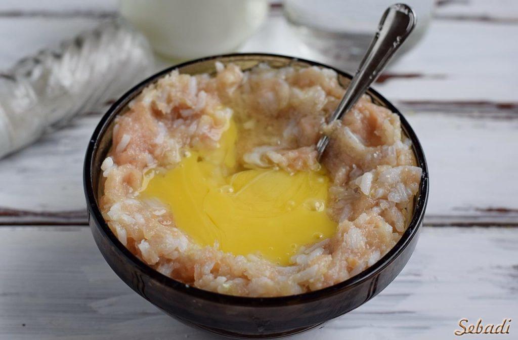 Куриные тефтели под сметанным соусом в духовке