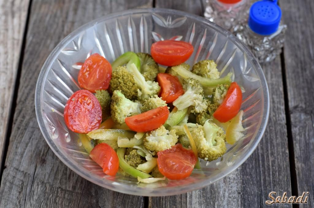 Салат с брокколи и сыром фета